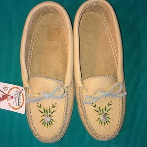 Shoes - NWT Bastien size 8 beaded leather moccasins